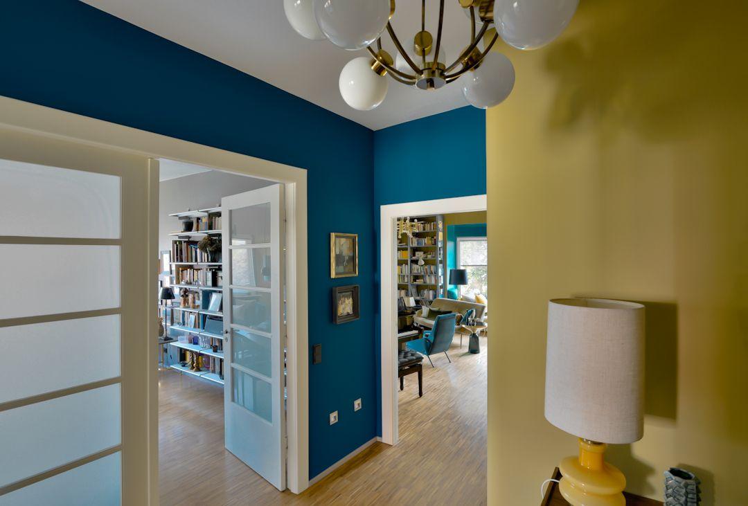 Tiergarten bauhaus wohnung farbkonzept flur preußisch blau und oliv 60er lampen harryclark colour4design