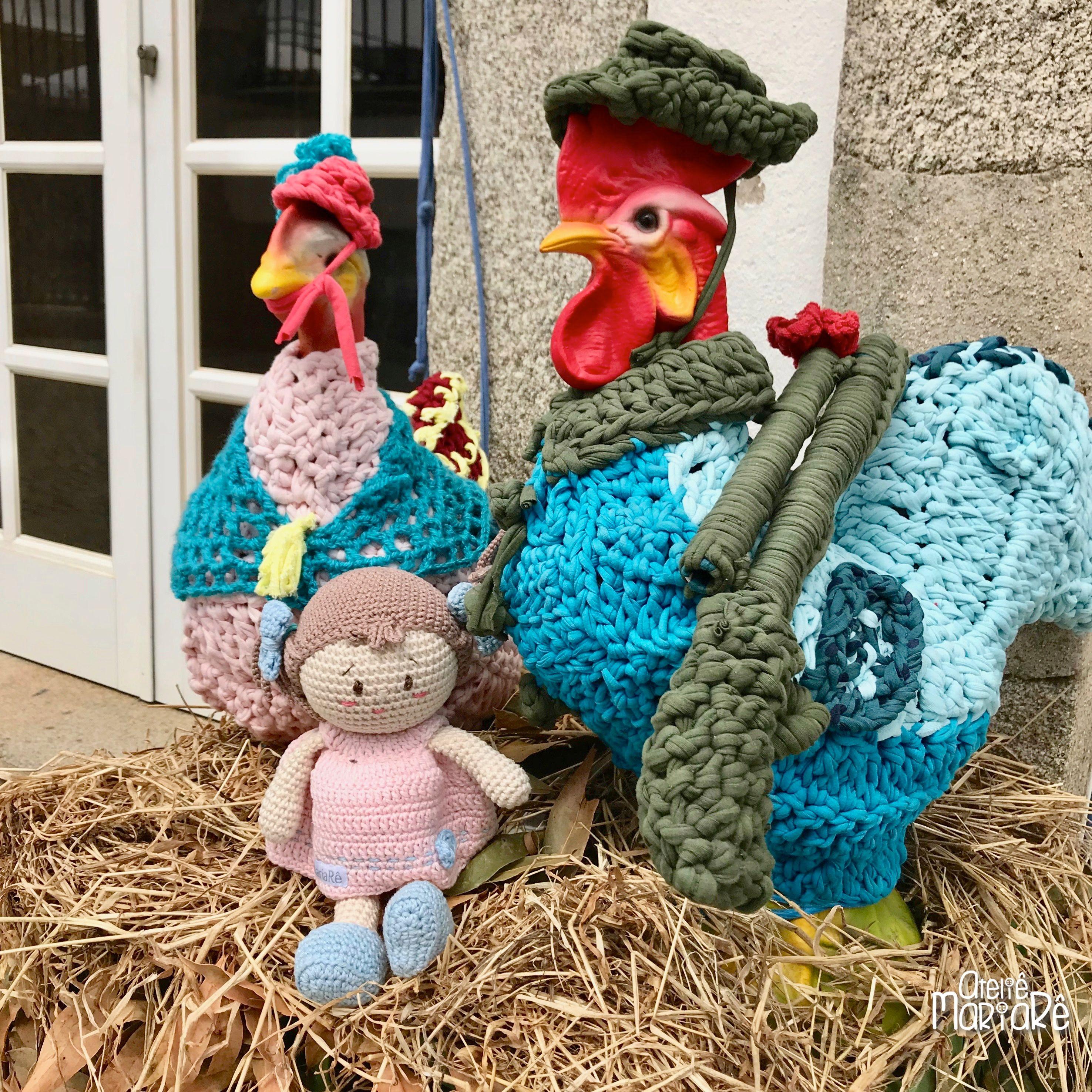 Vejam O Que Encontrei Em Frente A Uma Casa No Centro De Vila Nova De Cerveira Uma Galinha E Um Galo Gigantes Eles Roupas De Crochê Crochê Receitas De Croche