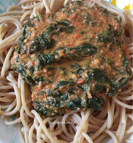 Julia Haeuszl: Nudeln mit Tomaten-Blattspinat-Pesto