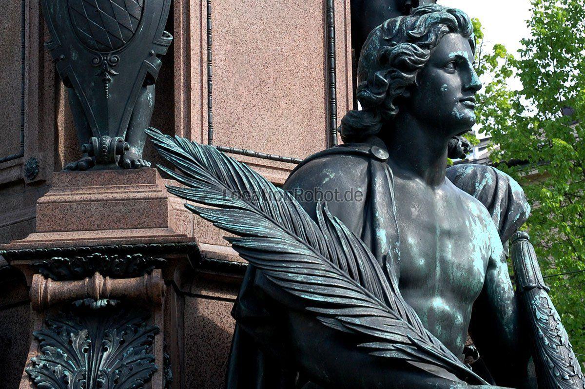 Ein Denkmal für den König. Der Bildhauer Caspar Zumbusch fertigte dieses beindruckende Monument 1875 im Auftrag König Maximilian II. Als Standort wählte man des Königs neu erbaute Straße. Das Denk... https://www.locationrobot.de/filmlocation-muenchen-monument-lr1564-li68