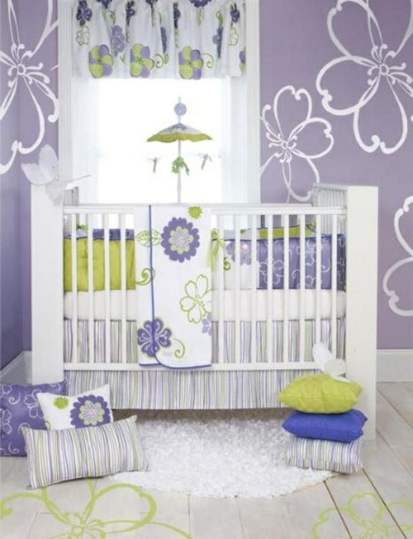 wei e blumen bemalungen an der wand im lila babyzimmer 45 auff llige ideen babyzimmer. Black Bedroom Furniture Sets. Home Design Ideas