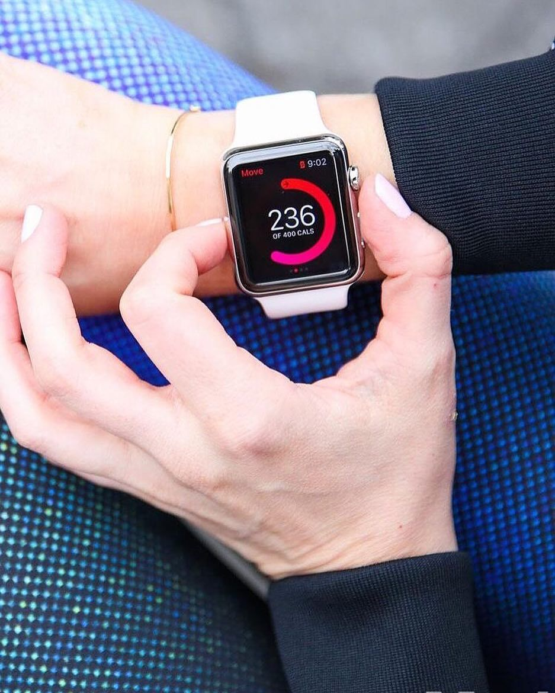 39a5cb5a5c8 Tenho notado um aumento no número de pessoas usando o Apple Watch no  ambiente de trabalho incluindo muitas mulheres. Mas às vezes o relógio  parece brigar ...