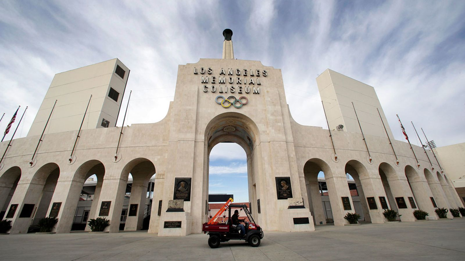 Usc United Airlines Agree To New Naming Rights Agreement For La Coliseum Field War Memorial United Airlines University Of Southern California