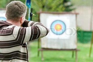 En bueskytte med bue tager sigte på et mål i løbet af konkurrencen