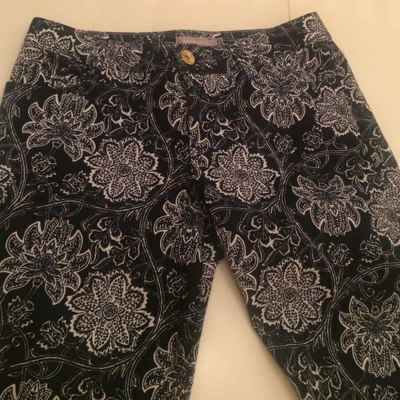 Banana Republic- Navy & white Floral jeans size 27 These jeans are straight/skinny leg from Banana Republic, size 27. The navy with white flowers are adorable! 98% cotton, 2% spandex Banana Republic Jeans Skinny