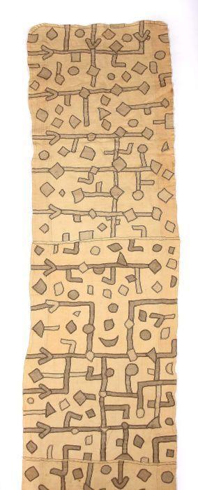 Tanzkleid D.R. Kongo, KünstlerInnen der Bakuba. Raffia gewebt und bestickt, rechteckige Stoffbahn mit variierenden Applikationen, aus mehreren Teilen zusammengenäht, LxH: ca. 600/78 cm. Altersspuren, min. Gebrauchsspuren, part. besch..