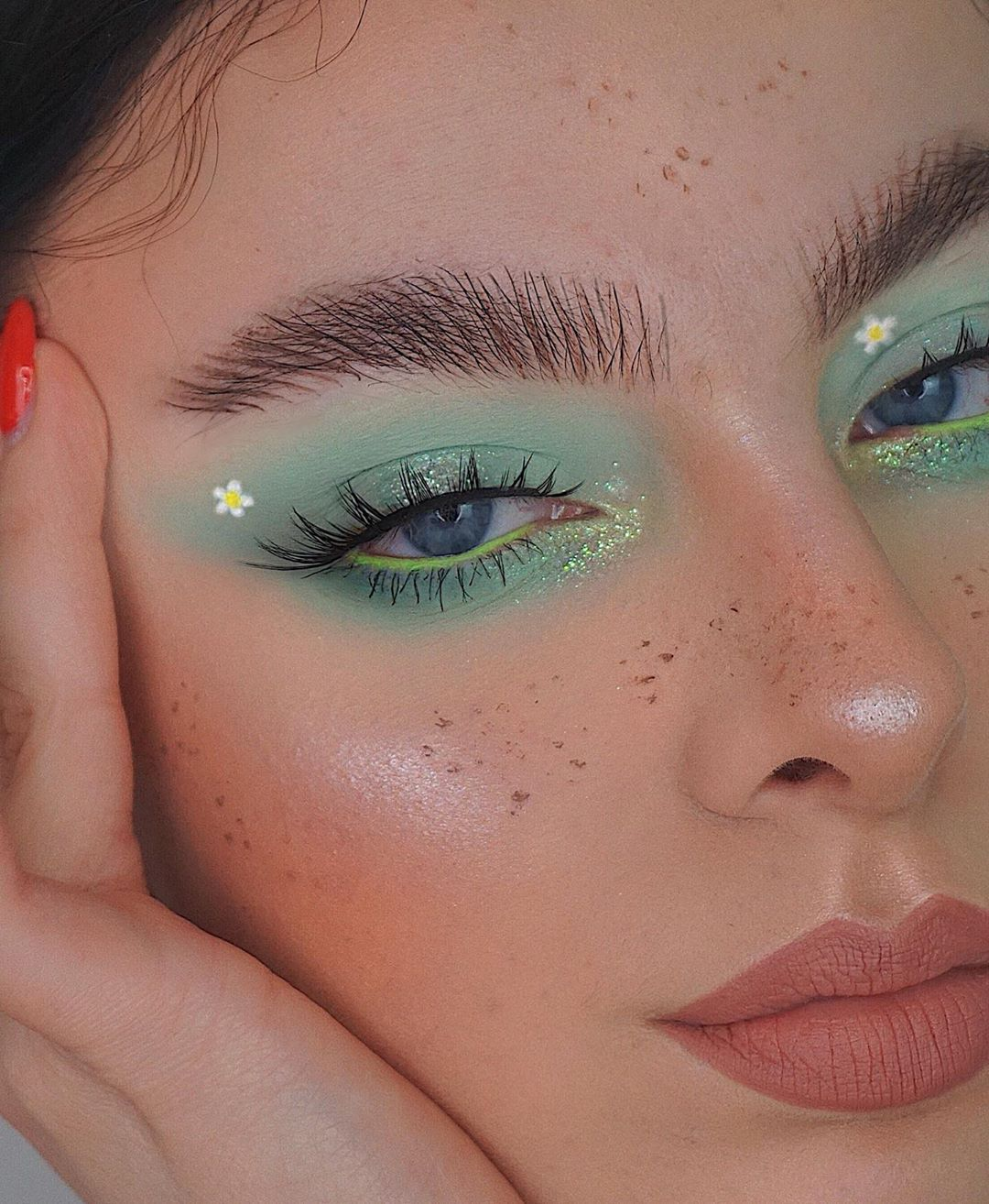 """Photo of Anna Jantos 🌻 on Instagram: """"🌿daisy meadow 🌿 _______________________ products used: @hudabeauty mint pastel obsession palette & sasha lashes  @fentybeauty wet tshirt &…"""""""