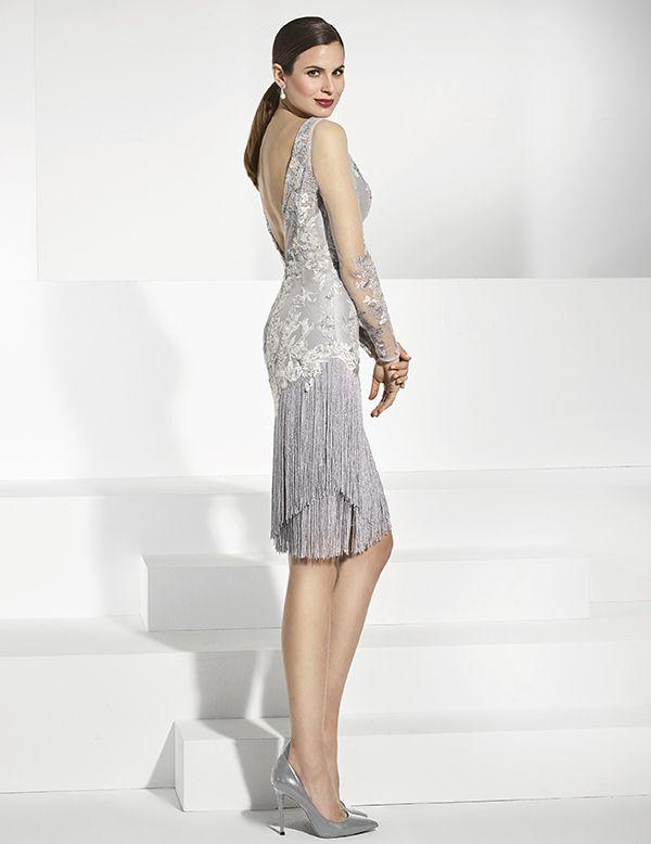 7bfb1517b Vestido de fiesta corto en tul bordado con mangas y escote transparente.