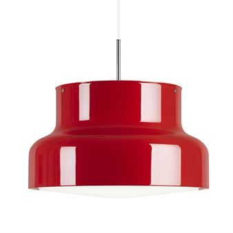 Den store Bumling-lampen fra Ateljé Lyktan er designet av Anders Pehrsson, lampen er blitt en sann designklassiker, med sin herlige runde form i retrostil har den vært å finne i mange hjem gjennom flere tiår. Plasser lampen i kjøkkenet eller dagligstuen og la den bli en fin detalj i innredningen.