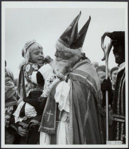 Marken Sinterklaas en een klein jongetje 1960