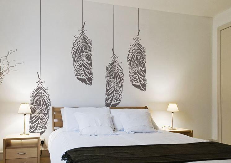 Un esempio di camera da letto decorata con un disegno sulla ...