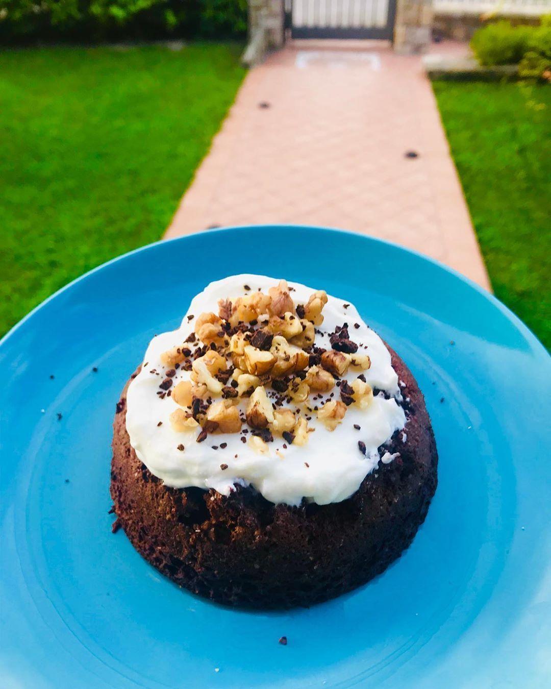 Tortino soffice al cacao con yogurt greco, noci amp; scaglie di cioccolato fondente #tortinofit #hea...
