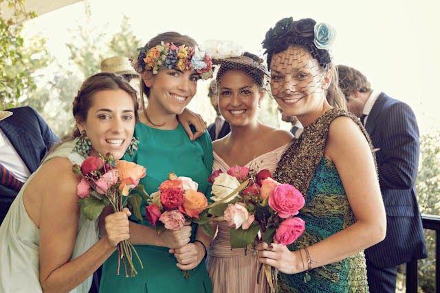 cb8f37472 Invitadas elegantes y con... corona de flores!