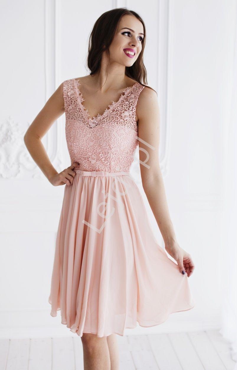0df383d048 Jasnoróżowa skromna szyfonowa sukienka na wesela