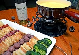 CHEDDAR CHEESE FONDUE  The Melting Pot Copycat Recipe   Serves 3-4   4 ounces beer or 4 ounces skim milk or 4 ounces broth  1 teaspoon ch... #brothfonduerecipes
