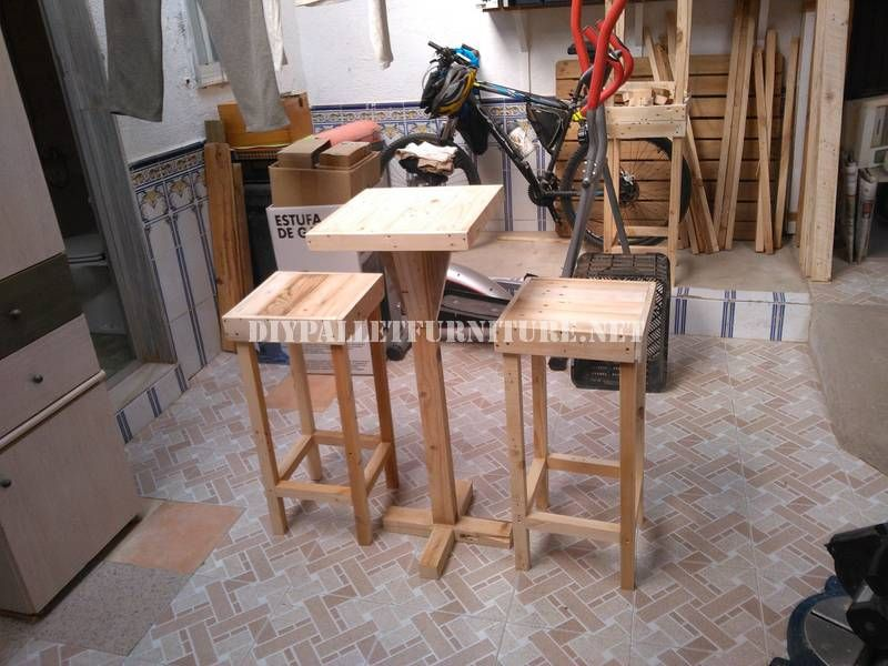 tabourets de bar et table construits avec des palettes tabourets de bar tabouret et bar. Black Bedroom Furniture Sets. Home Design Ideas