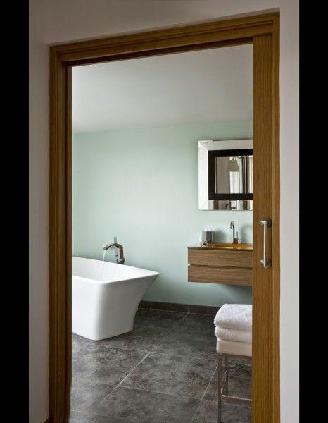 Vert d\u0027eau Dans l\u0027une des salles de bains, habillée de larges dalles