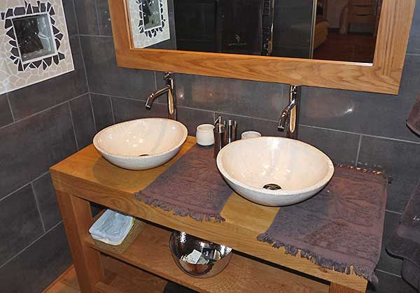 Vasque en raku dans une salle de bain kaolin cr ations - Vasque ceramique salle de bain ...