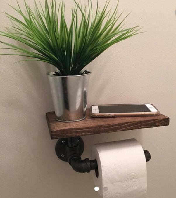 l 39 astuce ajouter une planche au dessus de son porte rouleau de papier toilette pour ajouter. Black Bedroom Furniture Sets. Home Design Ideas