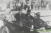 Aankomst op de Markt van H.m.koningin Wilhelmina en prins Hendrik. Datering1924.