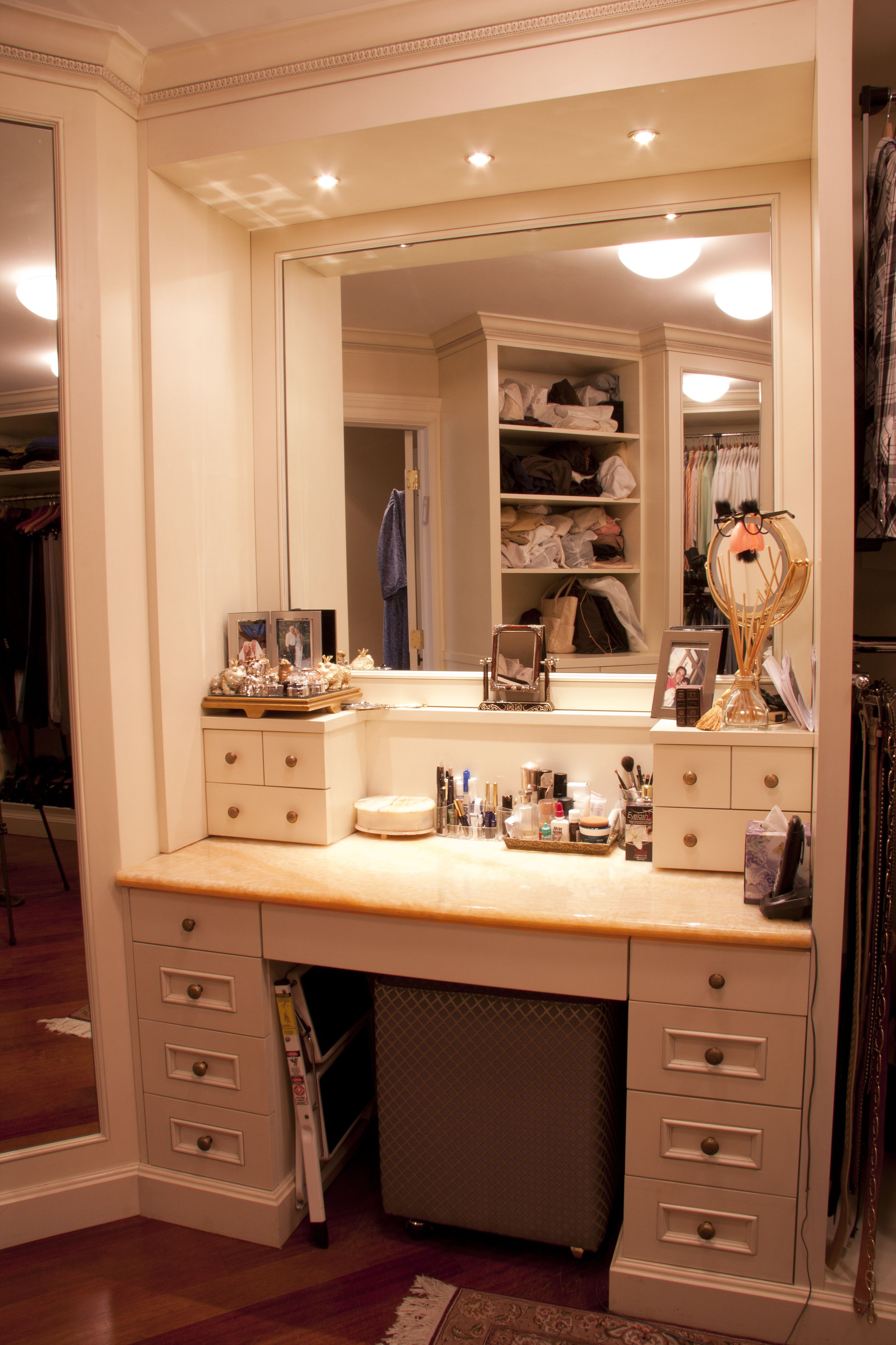 Master walk in closet make up table maquiagem for Bathroom dressing ideas