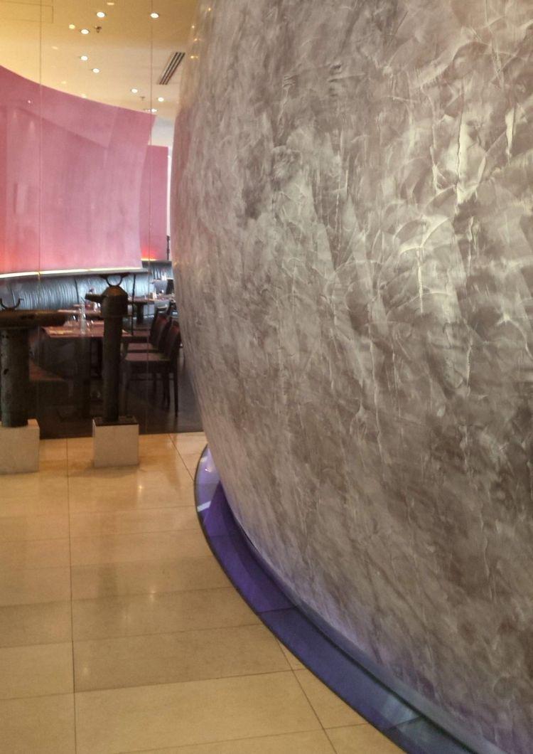 Halbrunde und gebogene Wandschalen als Raumteiler. Grübel, grübel ...