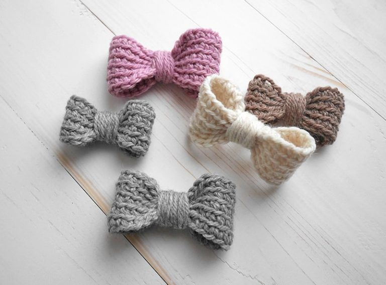 Perfect crochet bow - easy crochet pattern #crochetbowpattern Easy crochet bow pattern. Make these adorable crochet bows, add an elastic band and make them a hair tie for your little girl or add them to a headband. Two sizes included and it is easily customisable. Free crochet pattern. #crochetbowpattern