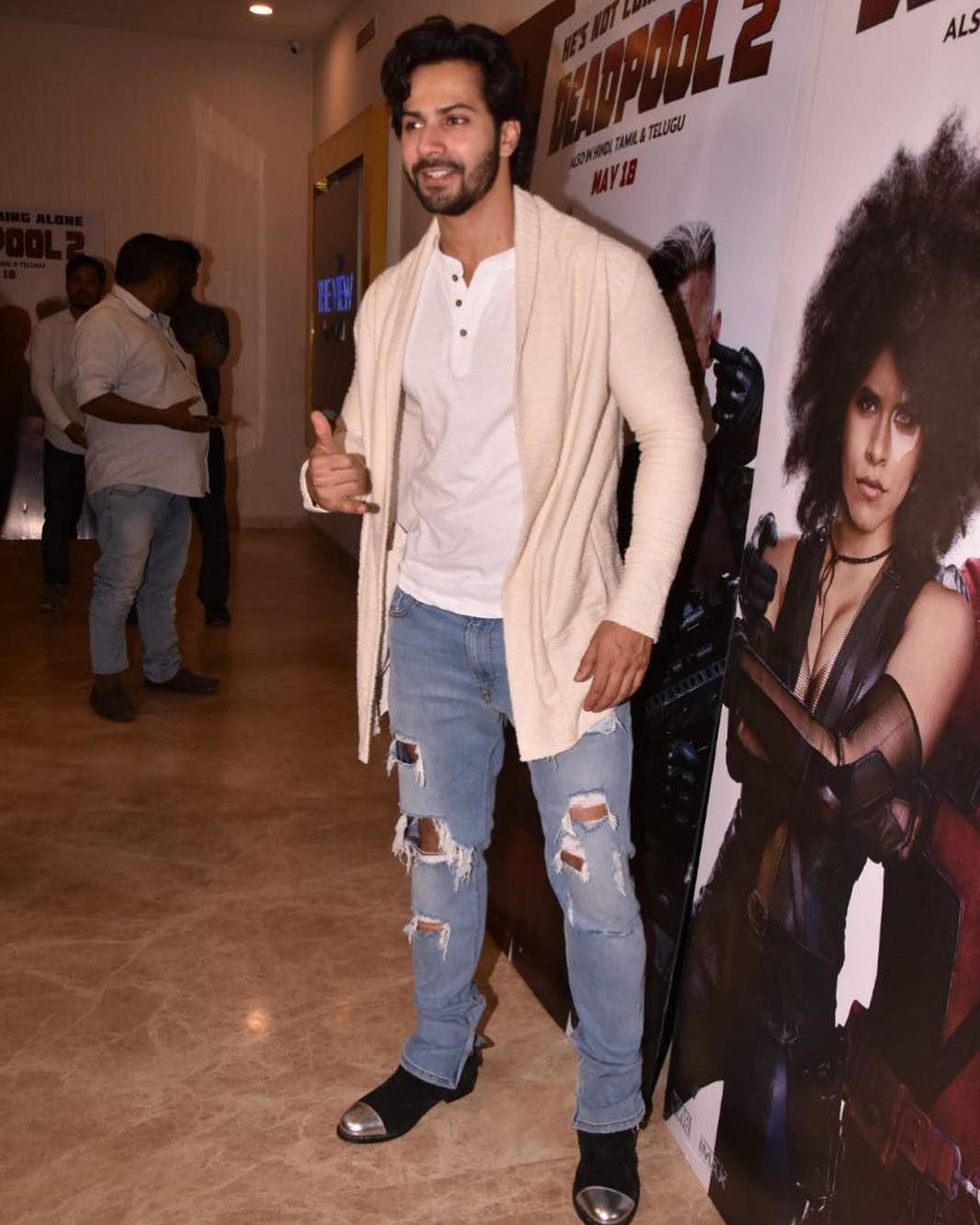 Varun Dhawan Giving Thumbs Up To Media At Deadpool2 Screening Varundhawan Deadpool2 Deadpoolfan Instabollywood Bollywoo In 2020 Fitness Fashion Bollywood Fashion