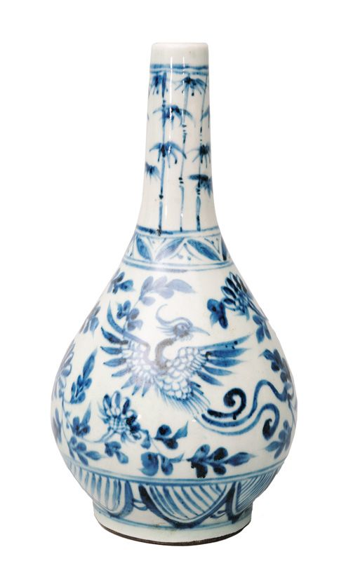 A bottle vase with phoenix and bamboo China, 17th/18th cent. (Qing-dynasty 1644-1911). Porcelain with blue painting. Bellied body with lean neck. At both sides of the wall a depiction of phoenix on a foliage-underground with flowers above a lotus leaf border. At the neck bamboo. Bottom with brown glaze. H. 24,5 cm.