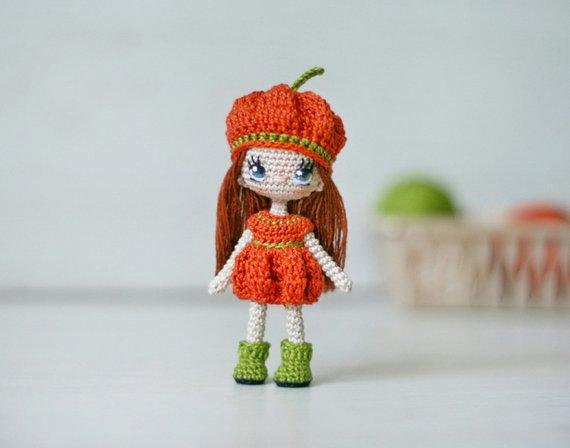 Miniatur häkeln Puppe auf Drahtrahmen. Höhe ca. 10 cm = 3.9 Kleid kann nicht entfernt werden. Mütze und Schuhe können entfernt werden. Kann jede Haltung des Körpers nehmen. Kann allein stehen. Das Gesicht ist gestickt. Sammlerpuppe. #miniaturetoys
