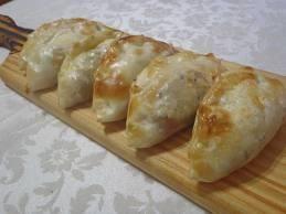 Aprende a preparar las mejores Empanadas de Pollo al Verdeo con esta rica y fácil receta. Precalentar el horno a 180 C (moderado). Cortar el jamón crudoo en tiritas...