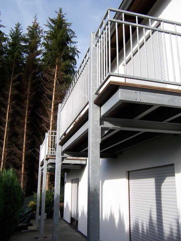 Anbau von zwei gleichen Terrassen an ein Wohnhaus - Belag Werzalit ...