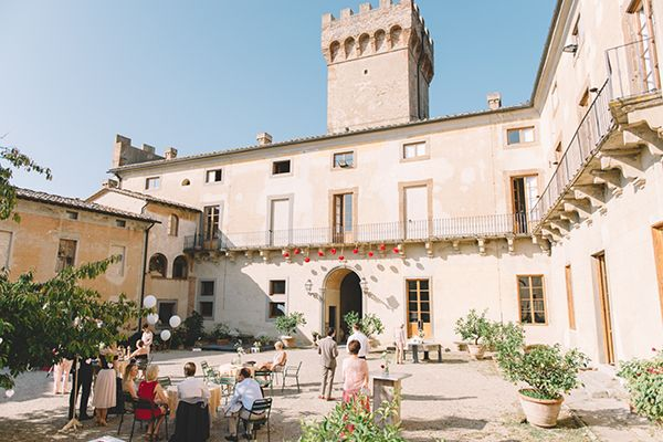 A destination wedding at a castle in Tuscany! Photo: Funkybird Photography / Venue: Castello Santa Maria Novella | Snippet & Ink