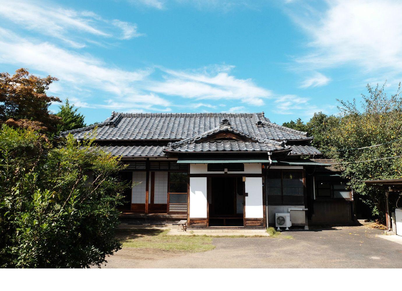 母屋は昭和20年代に建てられ当時のまま残る平屋の一軒家でございます