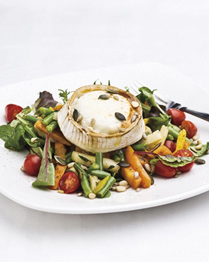 Marinoidut, kuumennetut kasvikset maistuvat vuohenjuustosalaatissa.