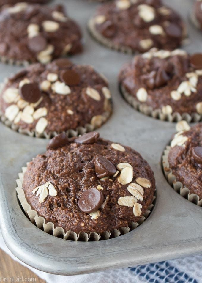 Oatmeal Muffins Healthy Chocolate Oatmeal Muffins arehealthy enough for breakfast and decadent enough for dessert. They contain no flour, no oil, and are refined sugar-free but still have the irresistible chocolatey flavor of oatmeal chocolate chip bakery muffins. My kids' all-time favorite muffins!Healthy Chocol...
