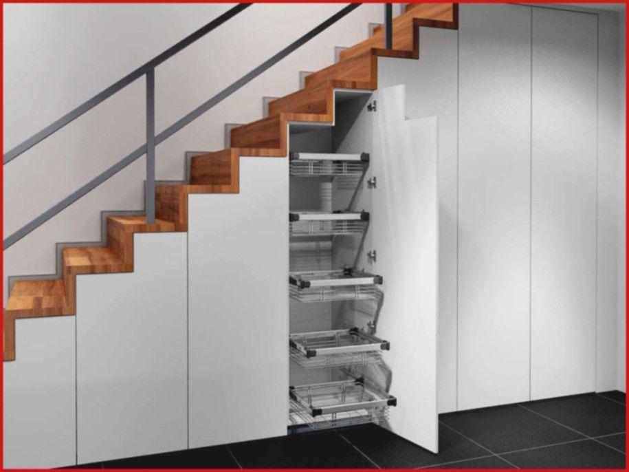 Photo of Skapdørskap under trapp i nisjeleggende tretrapp