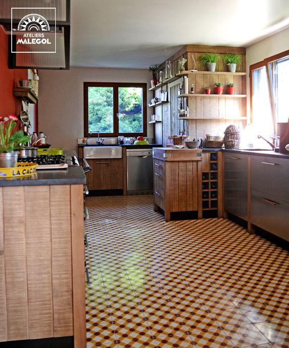 Un Chaleureux Atelier Culinaire Cuisine Chene Massif Carreaux Ciment Hotte Verriere Granit Billot Range Boute Cuisine Chene Cuisine Idees Pour La Maison