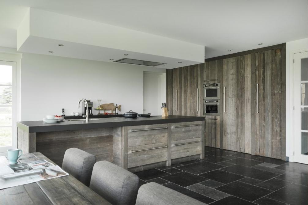 Inspiratie Donkere Keukens : Prachtige barnwood keuken perfecte combi met de donkere vloer