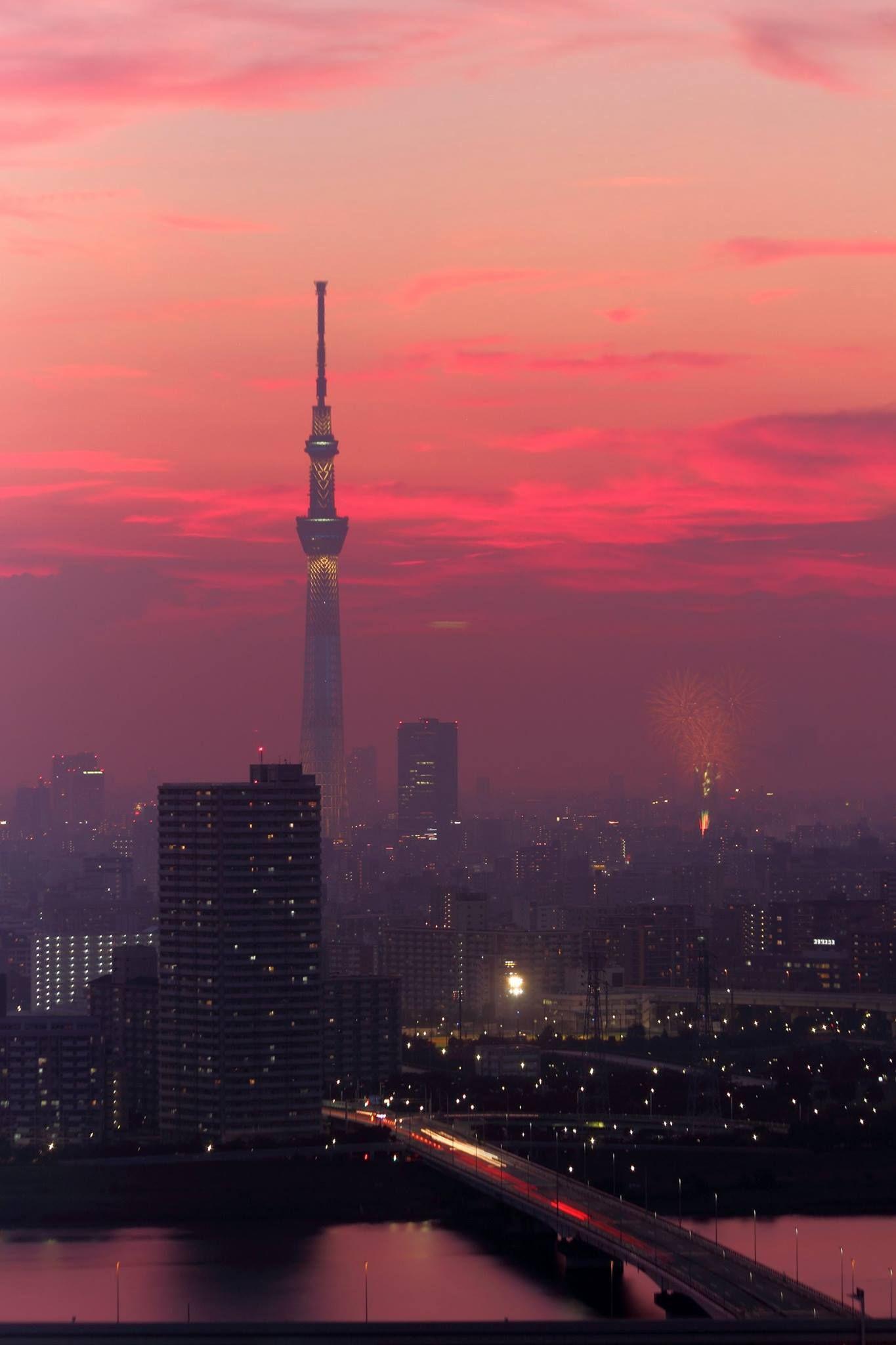 夕焼けの中始まった隅田川花火大会。