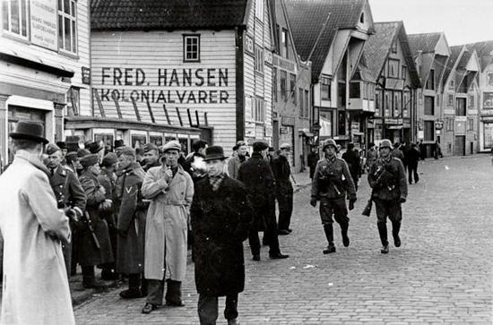 """""""Gamle Stavanger"""" I Stavanger sentrum tok tyske soldater over mange av de viktige stedene og kontorene for byen. Havnekontoret, tollboden, postkontoret, telegrafsentralen og telefonkontoret var det første de tok over for å"""