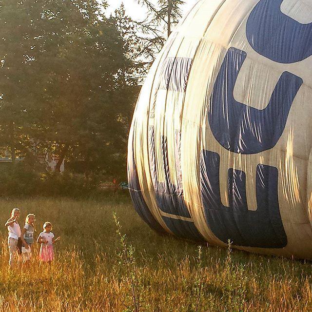 #atteraggio #mongolfiera #hotairballoon #eventoraro #estate2015 #summer2015 #air #airbaloon #baloon #palloneaerostatico #spettatori #stupore #emozione #aboccaaperta