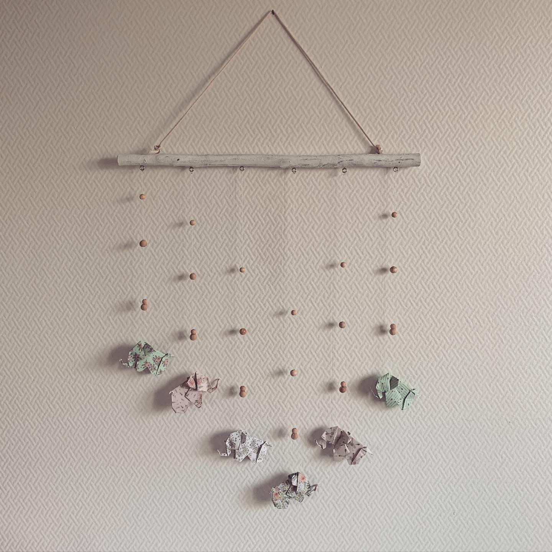 Vous avez suivi les quelques étapes de sa création en stories Le voilà ! Tout nouveau mobile origami 🐘 . . . #lamapoukoala #decoenfant #origami #origamipaper #creationfrancaise #entreprenariatfeminin #entrepreneurfrancais #faitmainenfrance