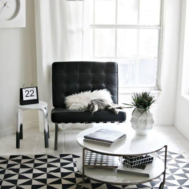 Barcelona chair black barcelona m bel von mies van for Barcelona chair living room ideas