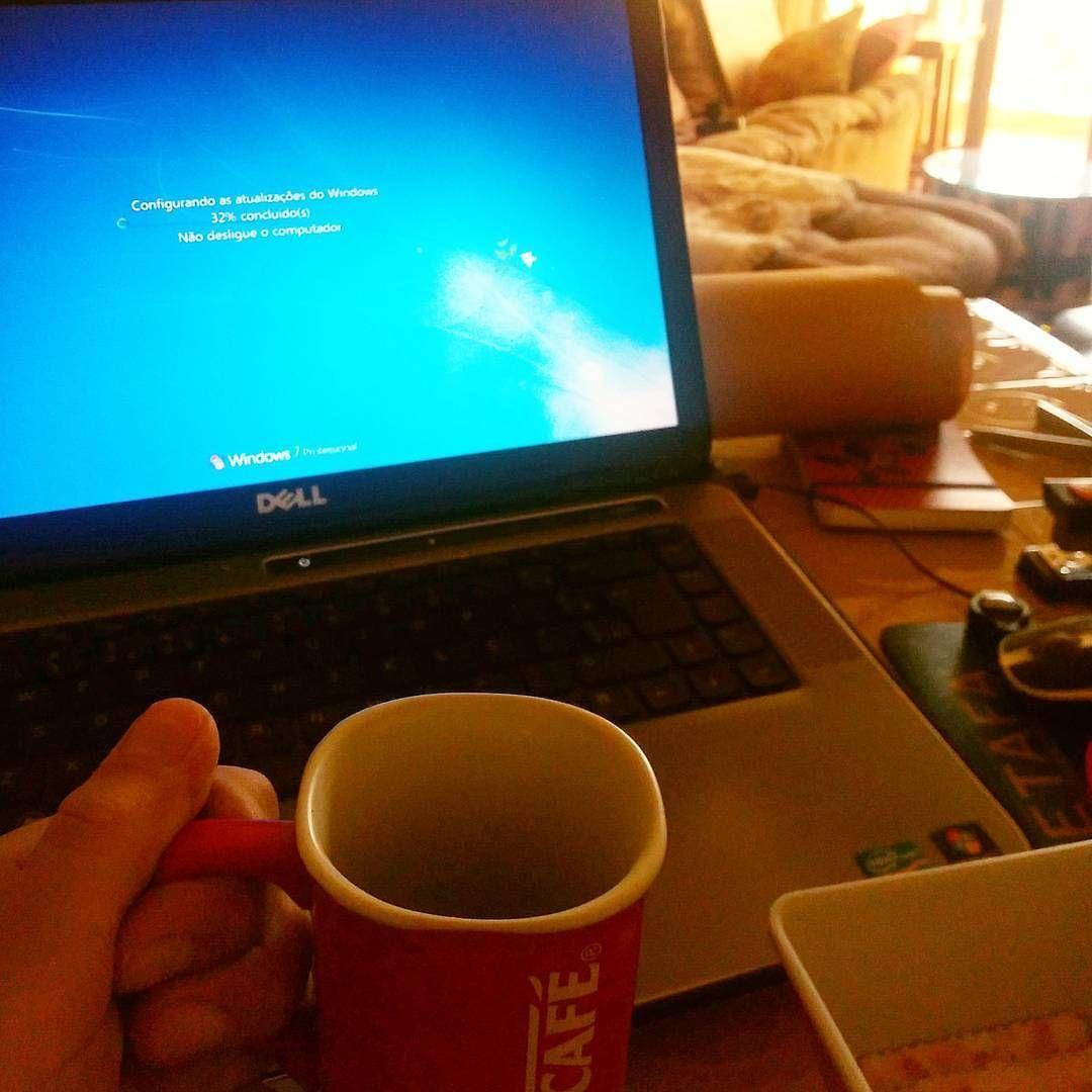 Bom dia com um café sem pressa pra esperar o Windows atualizar (isso que dá desligar as atualizações por mais de ano)