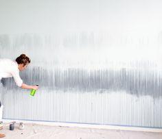 Die Wandfarbe mit Wasser besprühen