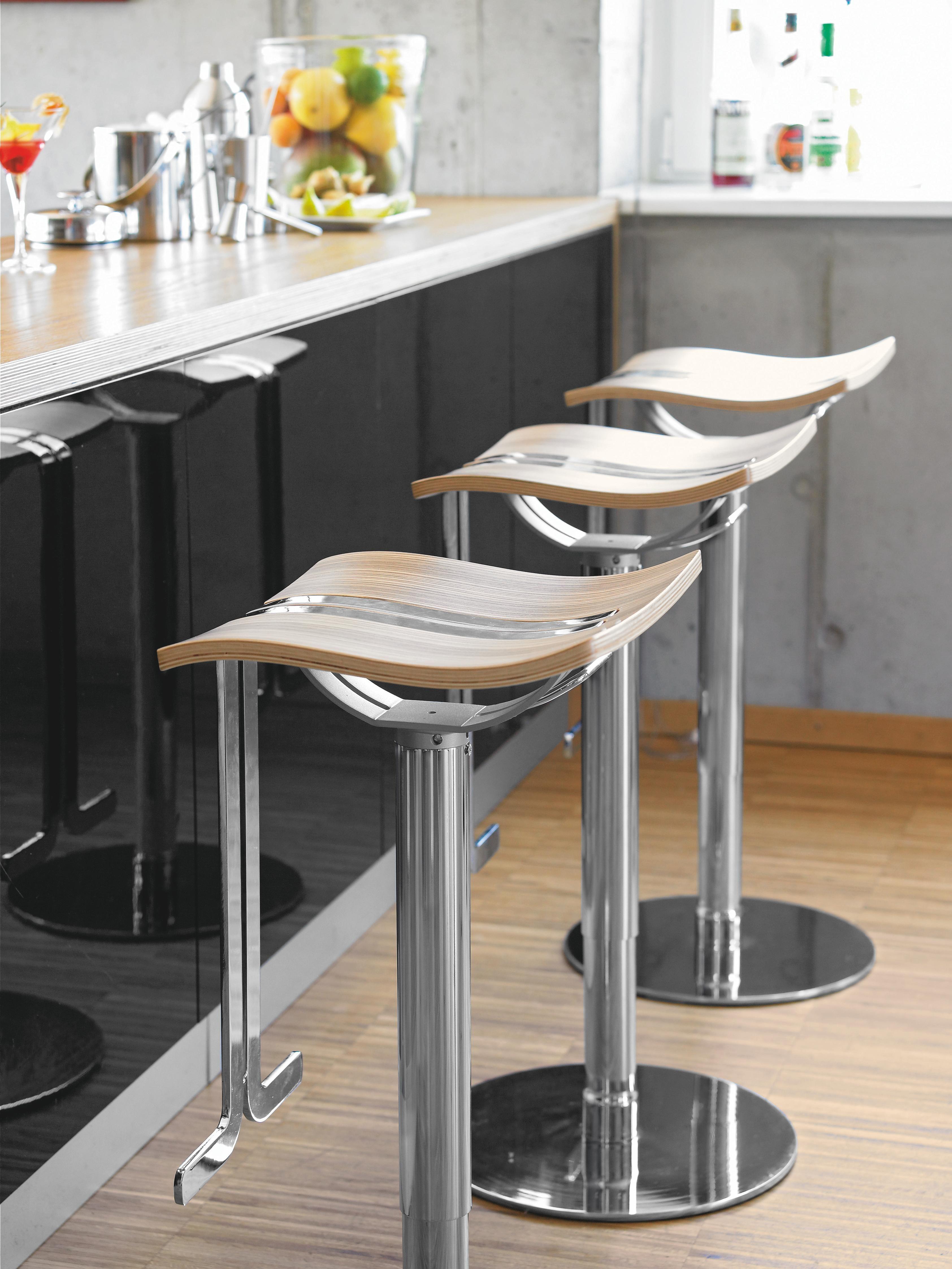 Dieser Barhocker Ist Trendig Und Außergewöhnlich Der Sitz Wird Geschmackvoll Vom Gestell Aus Verchromtem Stahl Abgesetzt Das O Barhocker Schöne Küchen Hocker