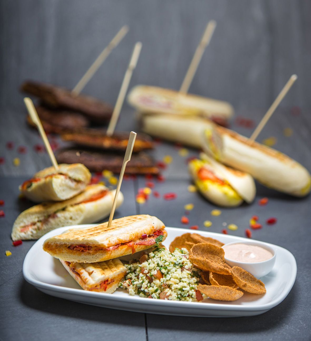 Ruokaisa Panini-platter sopii lounaaksi mitä parhaiten. Se sisältää oman keittiömme paninin puolitettuna, salaatin sekä Uunipaahdettuja Ruislastuja dipin kera. NAM! Eikun herkuttelemaan! #paniniplatter #panini #linkosuo #linkosuonkahvilat