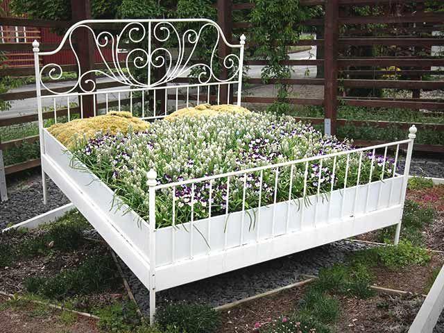 Hochbeet mit Pflanzen in einem Holzbett Hochbeet, Garten