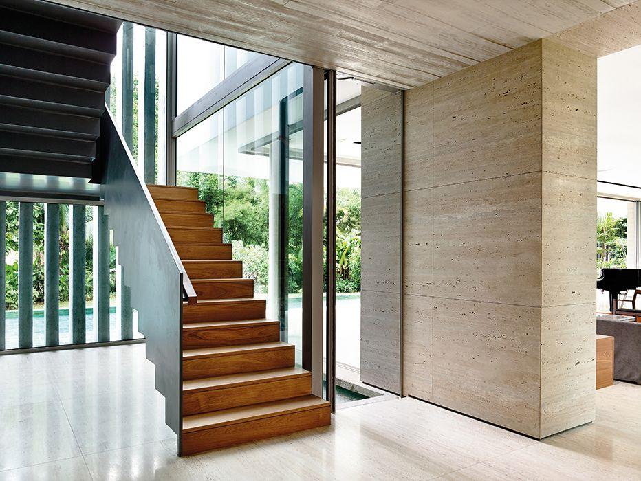 La escalera, de apariencia liviana y flotante, está compuesta por ...